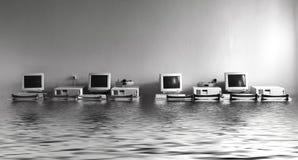 Inondation dans le bureau avec des ordinateurs photographie stock libre de droits