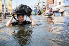 Inondation de Nonthaburi dans le mode de vie de la Thaïlande 2011-The des personnes au MAS Images stock