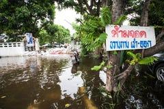 Inondation de Nonthaburi dans le mode de vie de la Thaïlande 2011-The des personnes au MAS Images libres de droits