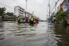 Inondation de Nonthaburi dans le mode de vie de la Thaïlande 2011-The des personnes au MAS Photos stock