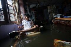 Inondation de Nonthaburi dans le mode de vie de la Thaïlande 2011-The des personnes au MAS Image libre de droits