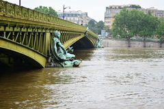 Inondation de Paris en 2016 avec de l'eau des hautes eaux au pont Photographie stock libre de droits