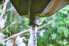 Inondation de pluie d'un tuyau de gouttière Photos stock