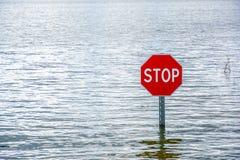 """Inondation et panneau routier de priorité """"Traveling sans arrêt photo stock"""