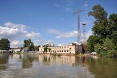 Inondation La rivière Ob, qui a émergé des rivages, en crue les périphéries de la ville Photo stock