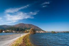 Inondation. Route dans les domaines noyés Photo stock