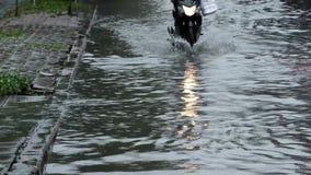 Inondation sur la route banque de vidéos