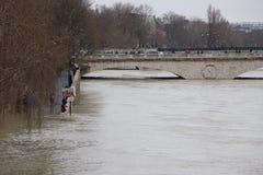Inondations dans la ville de Paris images stock