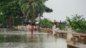 Inondazione, bambino, il Mekong, Cambogia stock footage