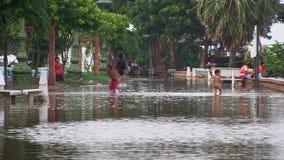 Inondazione, bambino, il Mekong, Cambogia video d archivio