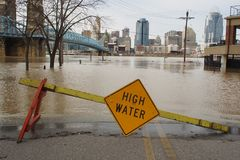 Inondazione 2018 del fiume Ohio con l'orizzonte di Cincinnati Immagine Stock
