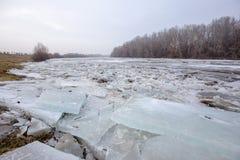 Inondazione della primavera, banchise sul fiume Immagini Stock
