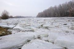 Inondazione della primavera, banchise sul fiume Immagine Stock