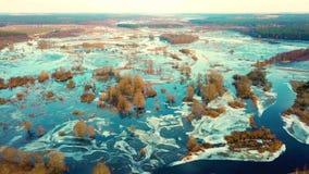 Inondazione di fusione del fiume della primavera Flusso continuo dell'acqua vista del fuco stock footage