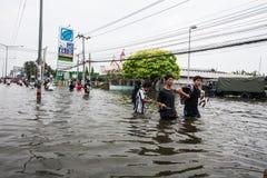 Inondazione di Nonthaburi nello stile di vita della Tailandia 2011-The della gente in mas Fotografia Stock
