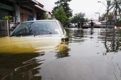 Inondazione di Nonthaburi nello stile di vita della Tailandia 2011-The della gente in mas Fotografie Stock