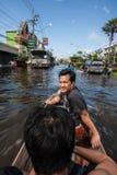 Inondazione di Nonthaburi nello stile di vita della Tailandia 2011-The della gente in mas Immagine Stock