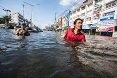 Inondazione di Nonthaburi nello stile di vita della Tailandia 2011-The della gente in mas Immagini Stock Libere da Diritti