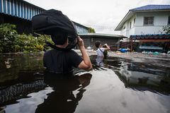 Inondazione di Nonthaburi nello stile di vita della Tailandia 2011-The della gente in mas Immagini Stock