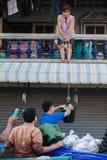 Inondazione di Nonthaburi nello stile di vita della Tailandia 2011-The della gente in mas Fotografie Stock Libere da Diritti
