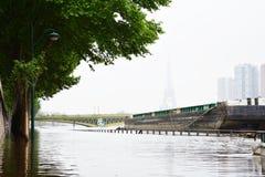 Inondazione di Parigi nel 2016 con la via sotto acqua e le chiatte sulla Senna Fotografia Stock