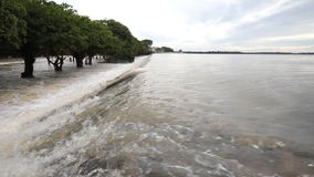 Inondazione, scorrimento dell'acqua sopra la strada stock footage