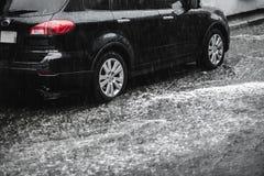 Inondazioni, pioggia Il lotto degli scorrimenti dell'acqua si scola la via in cui c'è fotografie stock