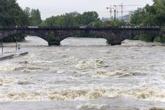 Inondazioni Praga 2013 - fiume selvaggio della Moldava Immagini Stock Libere da Diritti