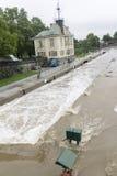 Inondazioni Praga giugno 2013 - straripamento della serratura dell'isola di Stvanice Fotografie Stock Libere da Diritti