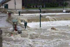 Inondazioni Praga giugno 2013 - straripamento della serratura dell'isola di Stvanice Fotografie Stock