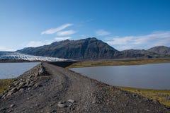 Inondez la barrière en rivière glaciaire Holmsa en Islande images stock