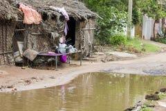 Inondez la petite Inde de pauvres de maison de rue de route inondée par inondation photo libre de droits