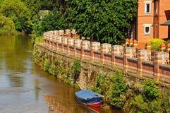 Inondez le mur de la défense le long du montage en étoile de rivière, Hereford images stock