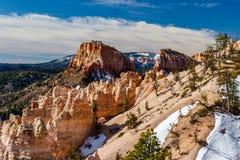 Inondi il canyon e la collina con cielo blu e neve Immagini Stock Libere da Diritti