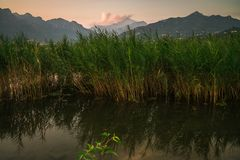 Inondi in montagna del lago durante il tramonto di estate immagine stock libera da diritti