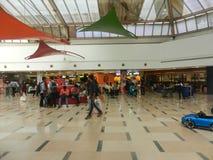 Inorbit购物中心, vashi, navi孟买,马哈拉施特拉,印度, 2017年11月14日:在购物中心里面的看法与人人群 库存照片