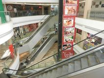 Inorbit购物中心, vashi, navi孟买,马哈拉施特拉,印度, 2017年11月14日:在购物中心里面的空的自动扶梯视图与人拥挤 库存照片