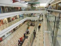 Inorbit购物中心, vashi, navi孟买,马哈拉施特拉,印度, 2017年11月14日:在购物中心里面的所有地板视图与做购物的人 库存照片