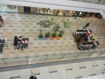 Inorbit购物中心, vashi, navi孟买,马哈拉施特拉,印度, 2017年11月14日:在购物中心里面的所有地板视图与做购物的人 免版税库存照片