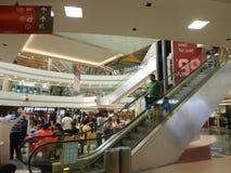 Inorbit购物中心, vashi, navi孟买,马哈拉施特拉,印度, 2017年11月14日:在购物中心里面的自动扶梯视图与人人群 图库摄影