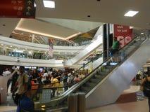 Inorbit购物中心, vashi, navi孟买,马哈拉施特拉,印度, 2017年11月14日:在购物中心里面的自动扶梯视图与人人群 免版税库存照片