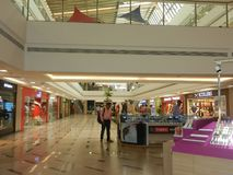 Inorbit centrum handlowe, vashi, navi Mumbai, maharashtra, ind, 14 2017 Listopad: widok wśrodku centrum handlowego z ludźmi robi  Obrazy Royalty Free