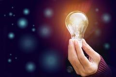 Inovação ou conceito criativo da posse da mão uma ampola no boke Foto de Stock
