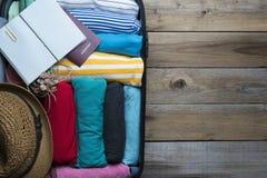 Inpackning av ett bagage för en ny resa Arkivfoton
