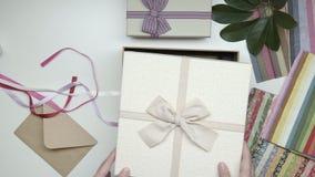 Inpackning av fotoramen som gåvan 20