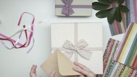 Inpackning av fotoramen som gåvan Hastighet upp 19
