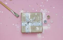 Inpackning av gåvan med hantverkpapper och att blänka Jul för vinterferie för nytt år kort royaltyfria foton