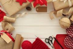 Inpackning av gåvor för jul Royaltyfria Foton