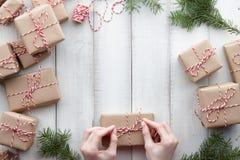Inpackning av gåvor och av gåvaaskar i kraft papper royaltyfria foton
