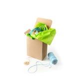 Inpackning av gåvan Arkivfoton